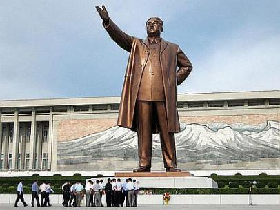 North Korea - Kim statue