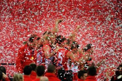 Sydney coach John Longmire and players celebrate with the winners cup after their win over Hawthorn in the 2012 AFL Grand Final played at the MCG in Melbourne, Saturday 29 Sept.  2012. (AAP Image/Joe Castro) NO ARCHIVING
