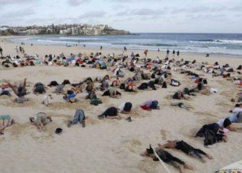 Bondi beach heads in sand protest photo - HI-1024x682 B