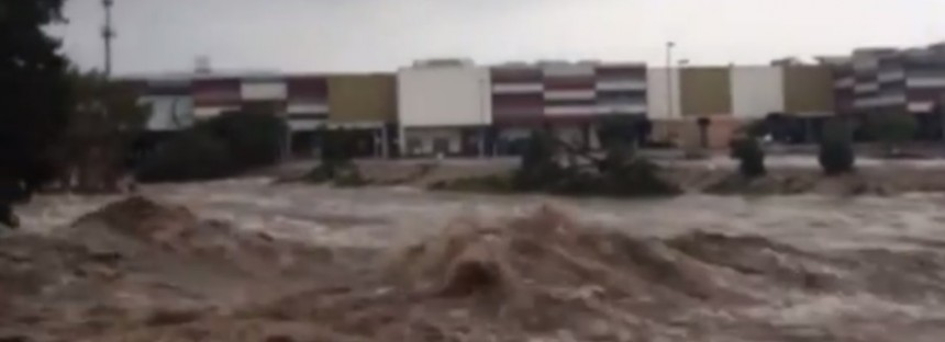 Cyclone Marcia: River rages through Rocky [Video]