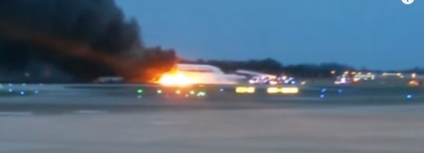 Dramatic footage of Singapore Airlines flight on fire