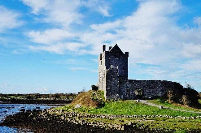 Dunguaire Castle, Co. Galway, Ireland. (By CarinaChen via Pixabay)