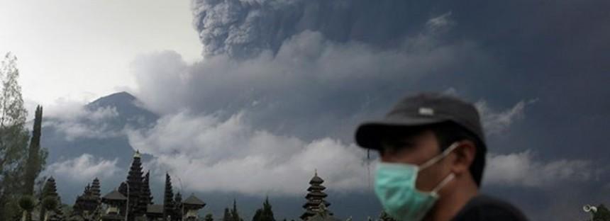 Bali volcano: Airport closed, flights cancelled, 150,000 evacuating