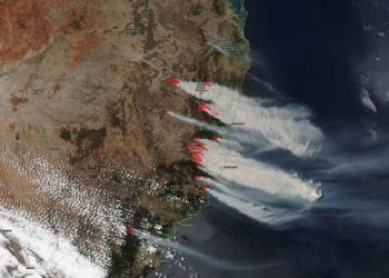 Multiple large, intense fires are stretching from Australia's coast to the tablelands and parts of the interior. (AAP-Image/Supplied, JPSS )