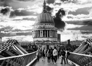 Walking bridge to St Paul's Cathedral, London. (Image by Ana Gic from Pixabay)