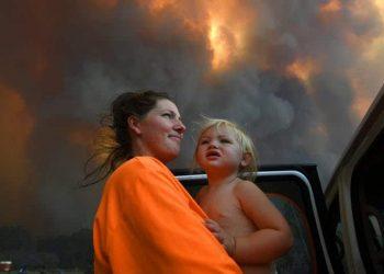 Dan Peled's photograph of Sharnie Moran holding her daughter near bushfires in Coffs Harbour last year. Dan Peled/AAP