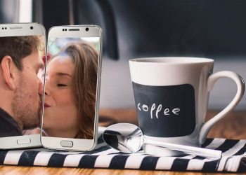Social Distancing Corona Virus Smartphone Kiss
