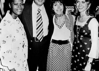 Helen Reddy (2nd from right) in 1974 with Olivia Newton-John, Dionne Warwick and Don Kirshner, a producer and songwriter. Photo credit: Wikimedia Commons