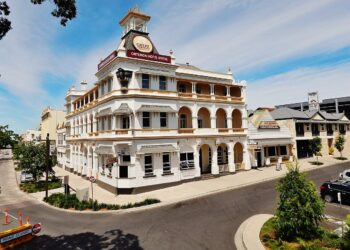 The heritage-listed Criterion Hotel on the riverfront in Rockhampton. While the regional city is attractive and boasts good weather, insecure work is said to be at crisis levels in Central Queensland. Photo credit: RegionalQueenslander via Wikipedia